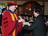 Dr. Clive Grafton presents award to Dr. Kisho Kurokawa